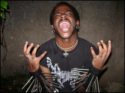 """Czarny black metal - ponieważ """"czarny"""" metal się o to prosił (na zdjęciu: Andrew Crowley z jamajskiego zespołu blackmetalowego Orisha Shakpana)."""